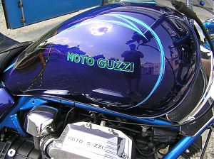 Moto guzzi / California / pinstriping / flakes / trpytky / candy color